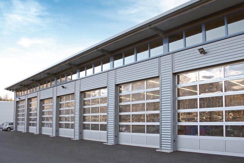 portone sezionale industriale a vetri